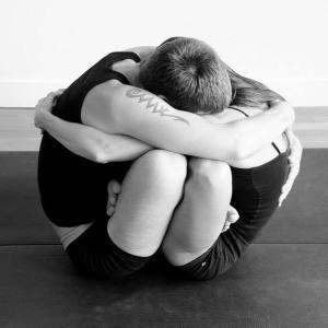 Abbraccio in Padmasana